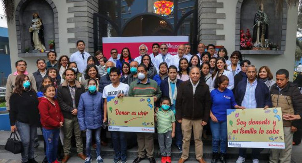 En el marco del Día Mundial de los Pacientes Trasplantados, se realizó una misa en la capilla del Hospital Guillermo Almenara, donde participaron los pacientes, médicos y familiares de los donantes. (Foto: EsSalud)