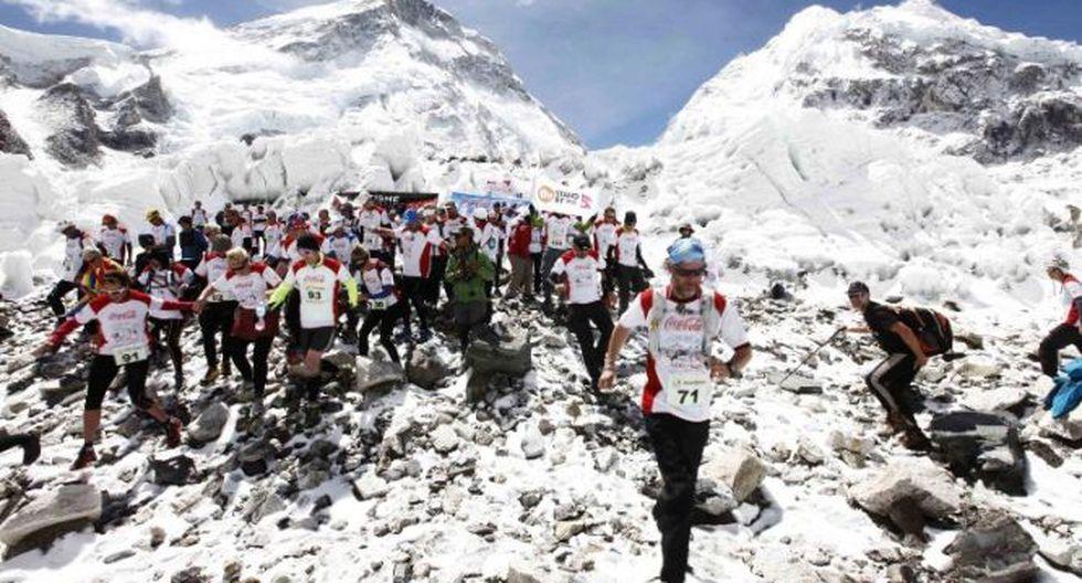 Atletas corren una maratón en el Everest, Nepal.