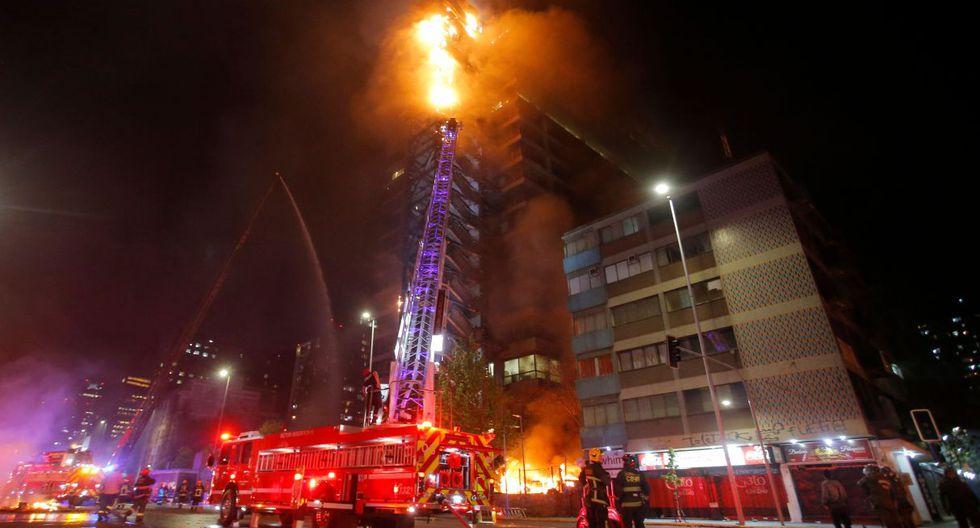 VIsta del incendio ocurrido en el emblemático edificio Enel en el centro de Santiago el 18 de octubre de 2019. (Foto: AFP)