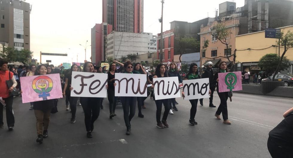 """Diversos colectivos se concentran frente al Poder Judicial para participar en la movilización """"Juntas contra todas las violencias"""". (Foto: Yvonne Bances /GEC)"""