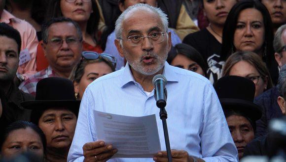 """Carlos Mesa pidió también que el nuevo gobierno convoque a elecciones """"en el más breve plazo posible"""". (Foto: EFE)"""