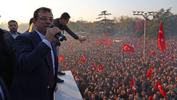 Miembros y seguidores del opositor CHP celebraron la victoria de Imamoglu en Estambul. (Foto: EFE)