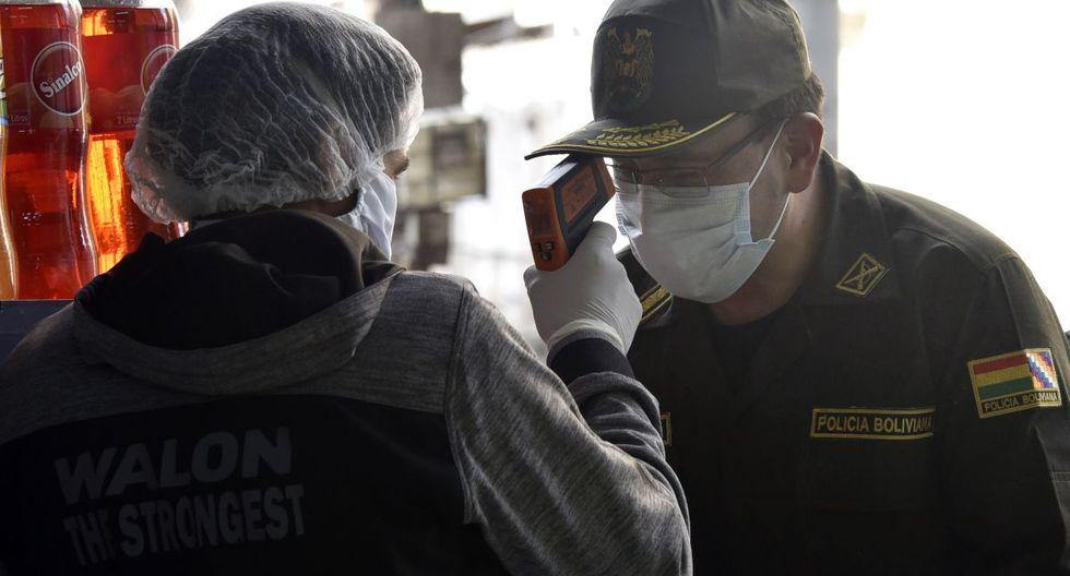 Los uniformados protegidos con mascarillas se apostaron en las principales calles de las ciudades y en caminos interdepartamentales para cumplir la norma decretada el miércoles por la presidenta interina Jeanine Áñez. (Foto: AFP)
