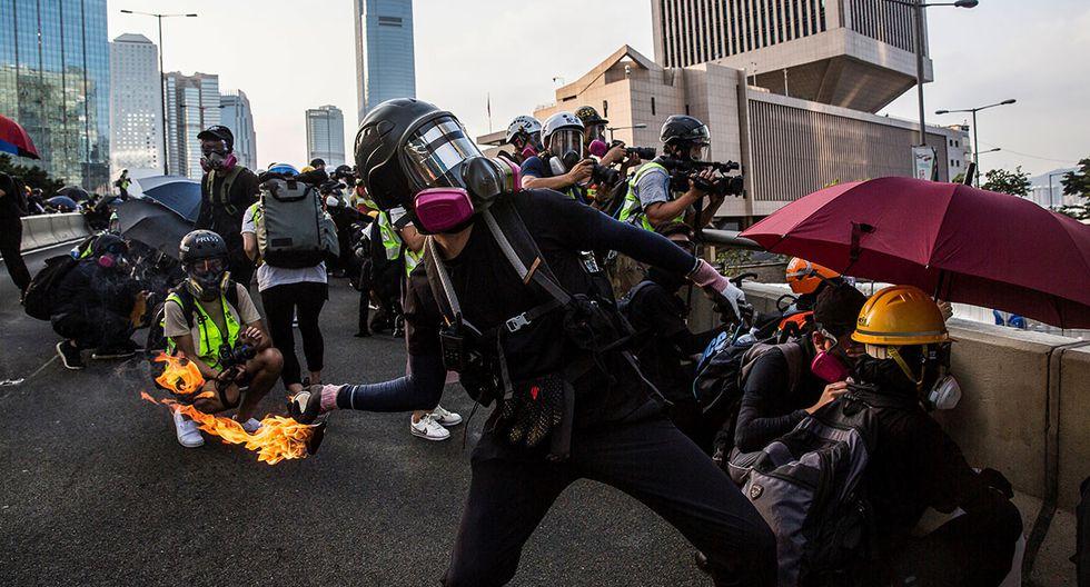Un manifestante pro-democracia arroja un cóctel molotov frente a la sede del gobierno en Hong Kong. Las autoridades hongkonesas prohibirán el uso de máscaras en las protestas. (Foto: AFP)