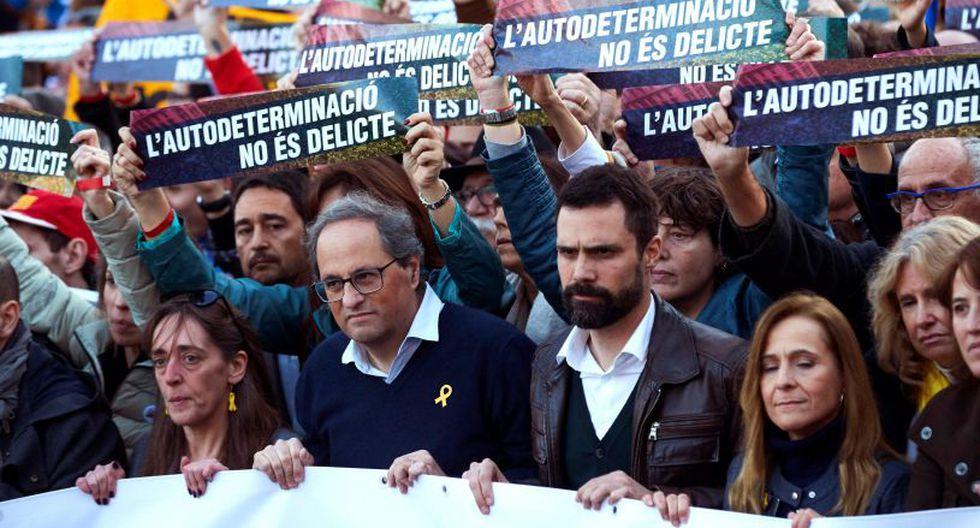 Participan, entre otros, el jefe del gobierno de Cataluña, Quim Torra, el presidente del Parlamento regional, Roger Torrent, y dirigentes de varios partidos secesionistas. (Foto: EFE)