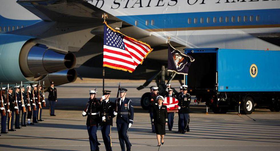 Los militares estadounidenses cargaron el féretro del ex presidente estadounidense George H.W. Bush, en la Base Aérea Andrew cerca a Maryland. | Foto: EFE