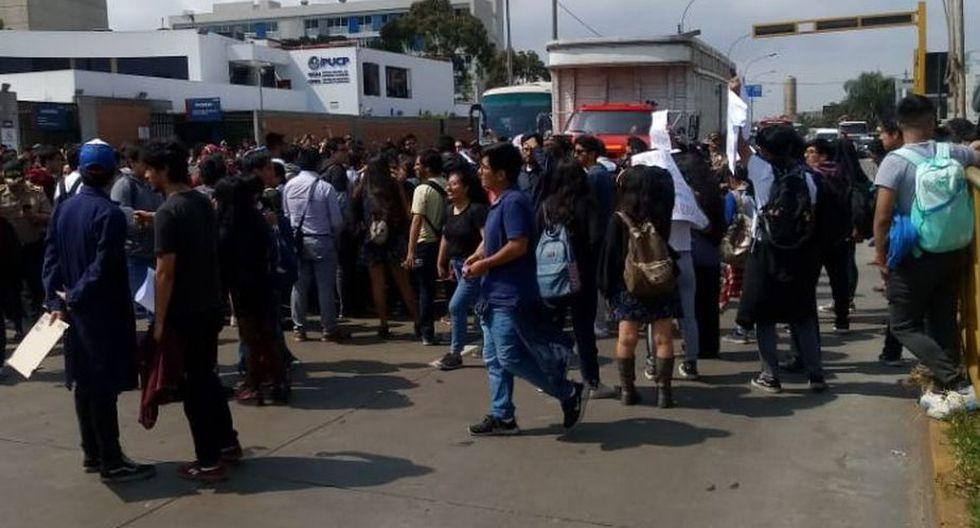 Grupo de alumnos y exalumnos de la Pontificia Universidad Católica del Perú iniciaron una protesta. (Foto: Carlos Gonzáles)