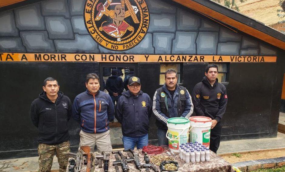 En el almacén se halló importante cantidad de armas como un fusil AKM con dos cargadores, un fusil de francotirador con un cargador, dos ametralladoras UZI, entre otros. (Foto: @CCFFAA_PERU)