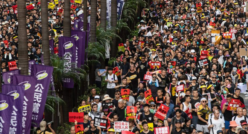 """La manifestación, en la que participaron cientos de miles de personas, se convocó en protesta por la """"excesiva"""" injerencia de Beijing en el gobierno de la ciudad. (Foto: AFP)"""