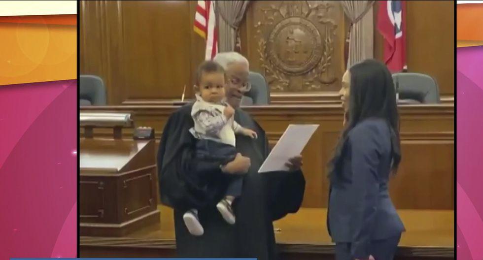 Juez sostiene al hijo de una abogada mientras hace la juramentación. (Facebook | Juliana Lamar)