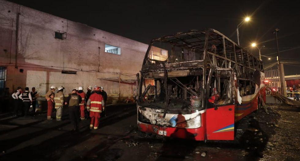 Así quedó el bus tras incendio que dejó al menos 20 muertos en el terminal informal de Fiori. (Foto: Renzo Salazar / GEC)