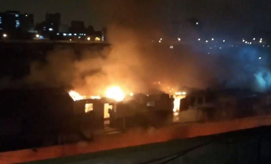 La causa del incendio en el mercado de la Av. San Pablo en La Victoria es materia de investigación. (Captura:@leodeperu)