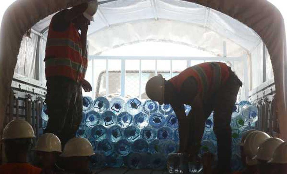 Esta mañana, el ministro José Huertas supervisó el abastecimiento de agua envasada a todos los pobladores. (Foto: Ministerio de Defensa)