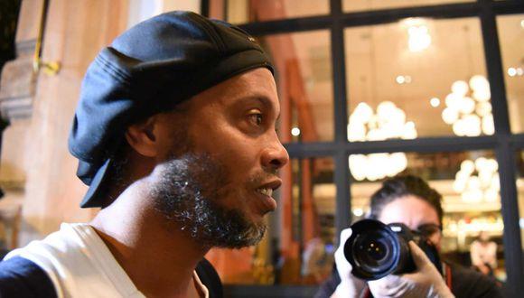 Ronaldinho Gaúcho y su hermano Roberto seguirán el proceso en arresto domiciliario, dictado por un juez paraguayo. (Foto: AFP)