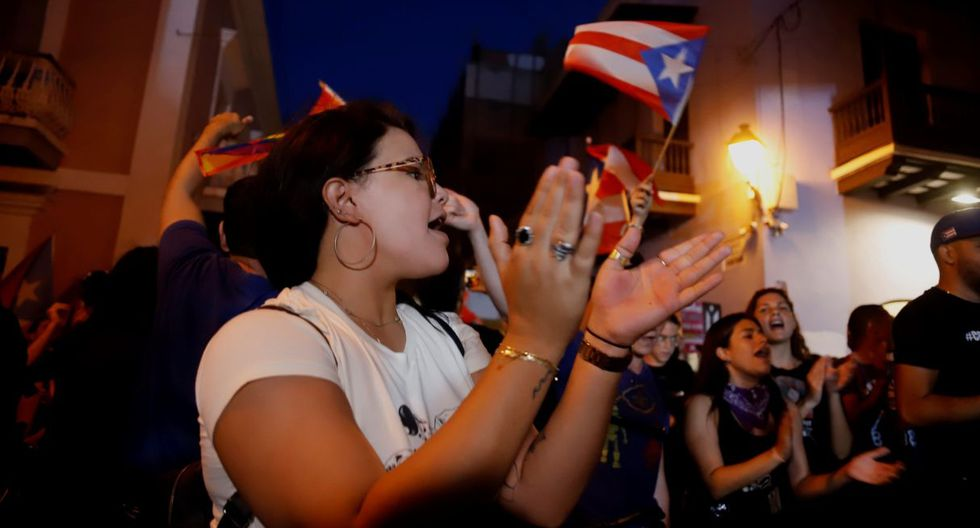 Las personas han salido a las calles con música, aplausos y cánticos contra la gobernadora, Wanda Vásquez. (Foto: EFE)