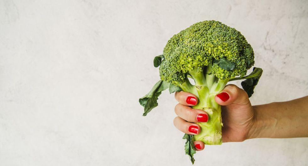 El brócoli es una planta que posee abundantes cabezas florales carnosas comestibles de color verde, puestas en forma de árbol, sobre ramas que nacen de un grueso tallo, el cual no es comestible. (Foto:Freepik)