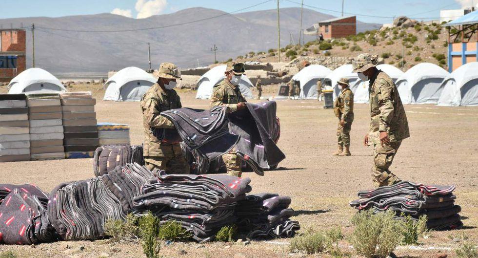 Militares bolivianos instalan en la localidad de Pisiga el primer campamento en esta localidad fronteriza con Chile para acoger a centenares de compatriotas. (EFE/Emilio Huascar Castillo).