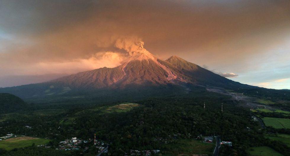 Vista del volcán Fuego en erupción, como se vio en Escuintla, Guatemala, el 19 de noviembre de 2018. (Foto: EFE)