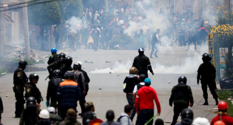 Los partidarios del expresidente Evo Morales y los partidarios de la oposición se enfrentan durante una protesta luego de que Morales anunciara su renuncia el domingo en La Paz, Bolivia. (Foto: Reuters)