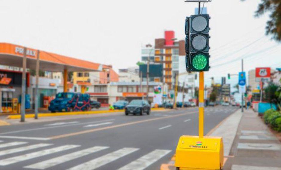 El primer semáforo portátil que funciona con energía solar.(Foto: Andina)