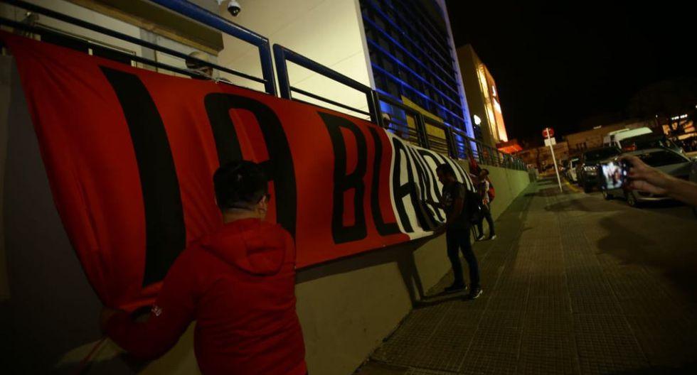 Perú vs. Uruguay: el banderazo en la concentración de la selección en Montevideo. (Foto: Jesús Saucedo / GEC)