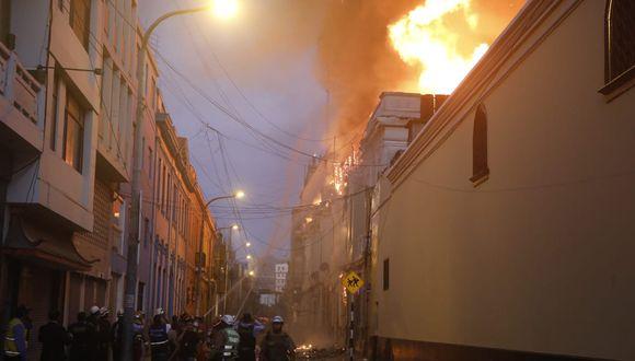 El incendio se desató minutos antes de las 6:00 p.m. en un inmueble, ubicado en Jr. Cuzco, Cercado de Lima. (Foto: José Rojas / GEC)