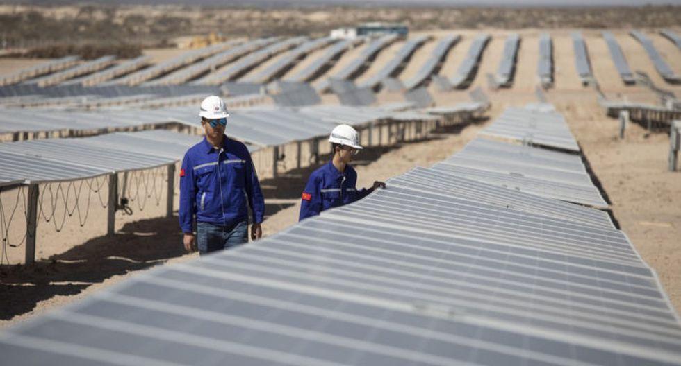 Wu Zhongwei revisando los paneles solares junto al gerente comercial Liu Zeming (i), en la Planta Solar Cafayate en la provincia de Salta,