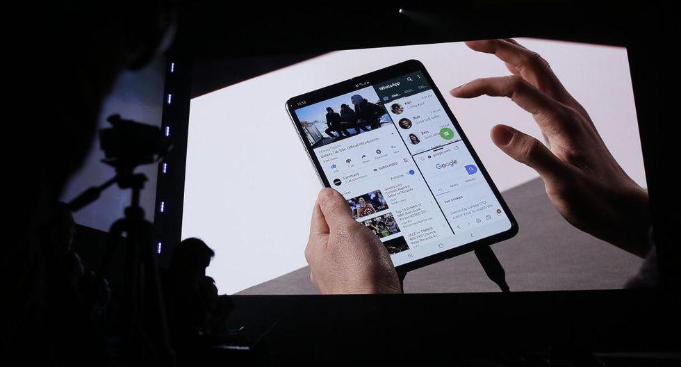 DJ Koh, Presidente y CEO de la División de Comunicaciones Móviles y TI de Samsung Electronics, sostiene el nuevo teléfono inteligente Samsung Galaxy Fold. (Foto: AFP)