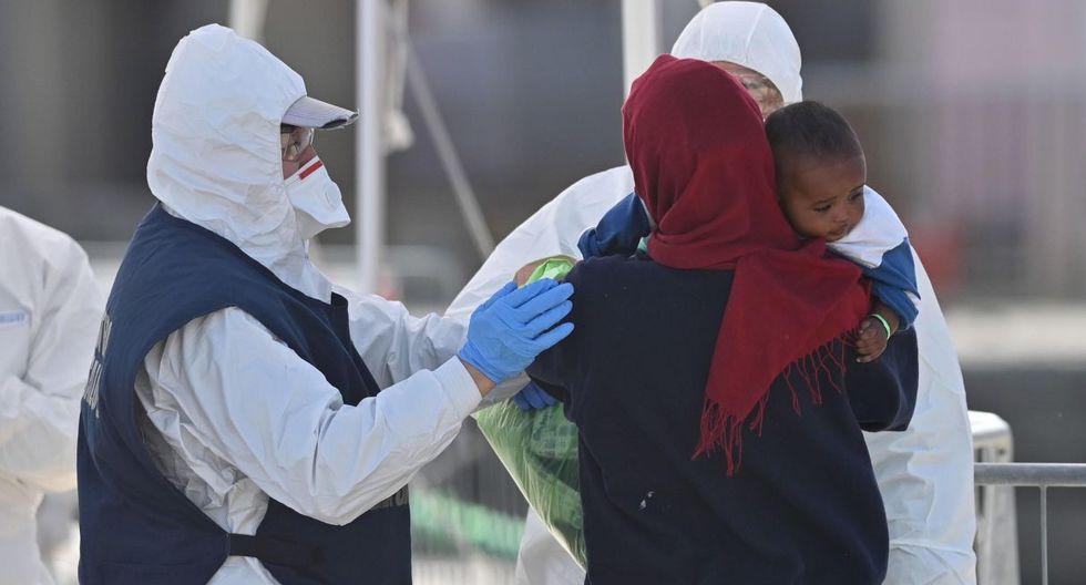 Los 194 migrantes salvados en el Mediterráneo central por la nave humanitaria Sea Watch desembarcaron en el puerto de Mesina, donde cumplirán una cuarentena impuesta por las autoridades por temor al coronavirus. (EFE).