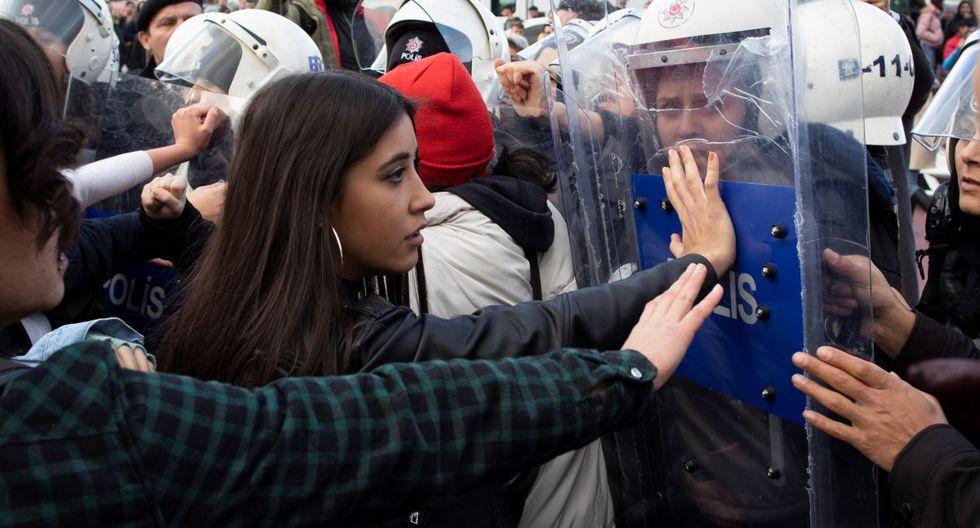 """""""No hemos podido hacer LasTesis en español. Es una pena. Vinimos a gritar contra la violencia del patriarcado y nos han atacado"""", dijo una de las manifestantes a Efe. (EFE)"""