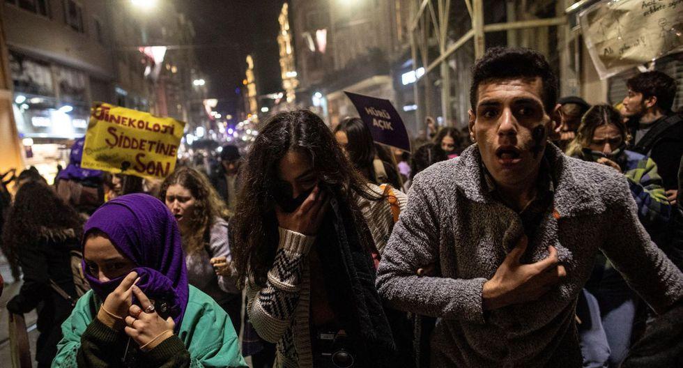Manifestantes afectados por gases lacrimógenos y balas de plástico durante un mitin que conmemora el Día Internacional para la Eliminación de la Violencia contra la Mujer, en la calle Istiklal en Estambul. (Foto: EFE)