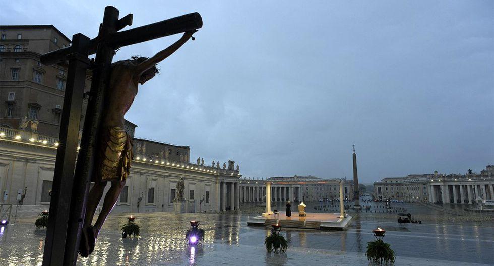 En la imagen, un crucifijo milagroso que en 1552 fue llevado en procesión por Roma para detener la gran plaga, que fue traída de la iglesia de San Marcello al Corso en Roma. (Foto: AFP)