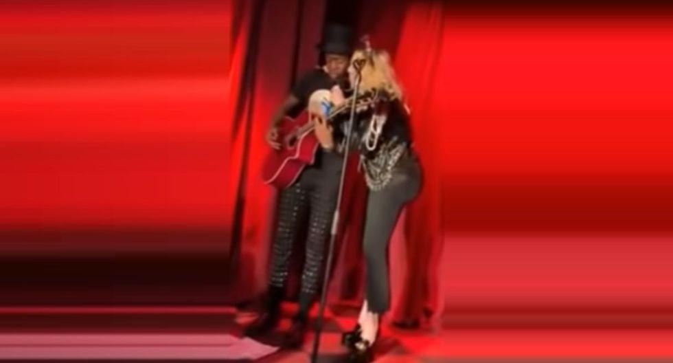 Madonna ofreció un concierto sorpresa junto a su hijo en el histórico bar Stonewell Inn de Nueva York en Año Nuevo. (Foto: Captura de video)