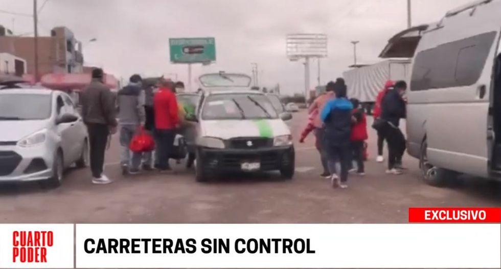 Las personas abordan los taxi colectivos en la Carretera Central. (Cuarto Poder)