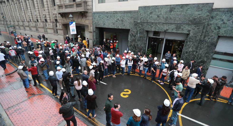 Ciudadanos detuvieron su tránsito a las 10:00 a.m., en las diferentes calles y avenidas, para ponerse a recaudo en la vía pública. (Foto: Lino Chipana)