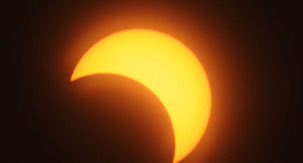 Un raro eclipse híbrido ocultó el Sol (Foto: AFP)