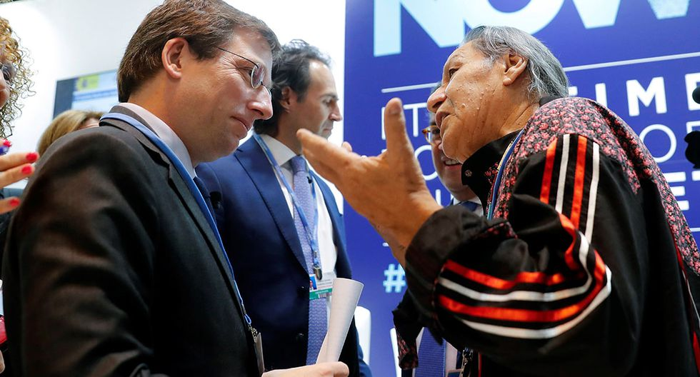El líder indígena indica al alcalde de Madrid que la amazonía es más importante que una iglesia. (Foto: EFE)