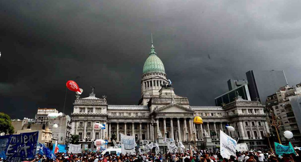 Personas se concentran este jueves frente al Congreso de la Nación Argentina para protestar contra la política económica del Gobierno, en Buenos Aires (Argentina). (Foto: EFE)