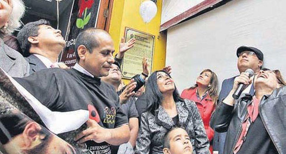 Susana Villarán y Ana Camargo junto a la placa en recuerdo de Ivo Dutra en la Municipalidad. (Foto: Prensa MML)
