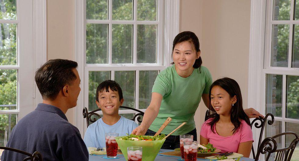 La mesa es el lugar perfecto para pasarla en familia, pero sobre todo para agradecerle a tu hijo por haber hecho algo bien. (Foto: Pixabay)