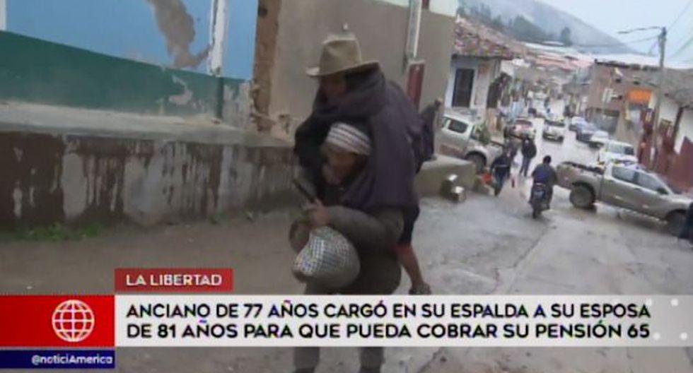 Anciano de 77 años carga en su espalda a su esposa de 81 años para que pueda cobrar su pensión. (Captura: América Noticias)