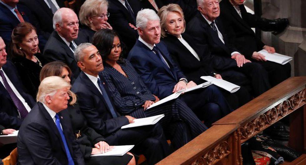 Ni la ex secretaria de Estado ni su esposo se giraron cuando Donald Trump y su esposa tomaron sus asientos, y no hubo saludo entre las dos parejas. (Foto: EFE)