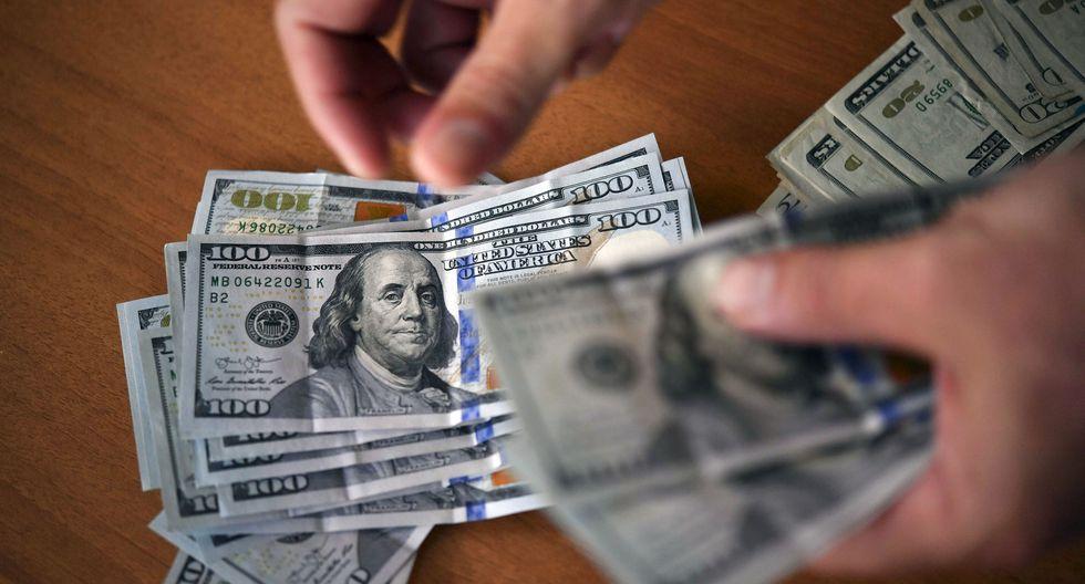 El dólar se sitúa en S/ 3.337 en mercado local (Photo by YURI CORTEZ / AFP)