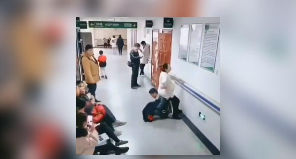 Al ver que nadie quería cederle el asiento a su pareja, el hombre se convirtió en una 'silla humana' para que ella pudiera sentarse a descansar. (Foto: Newsflare en Facebook)