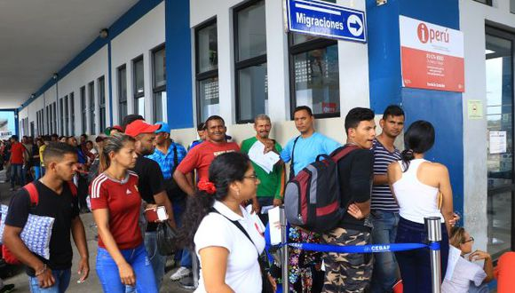 Los ciudadanos venezolanos que llegaron al Cebaf están a la espera de la llegada de buses. (Foto. GEC)