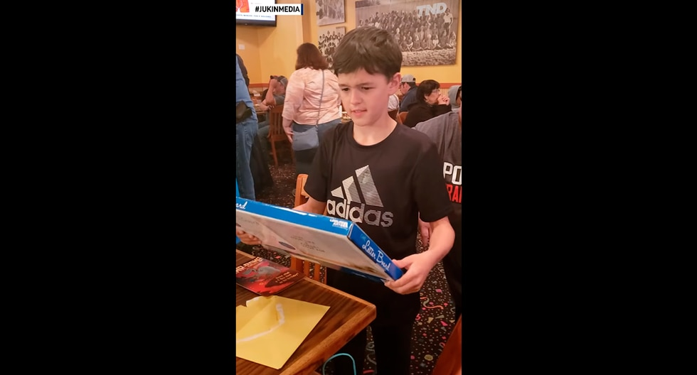Niño de 9 años recibió el mejor regalo de cumpleaños de su vida: entradas para el concierto de la banda Iron Maiden. (YouTube)
