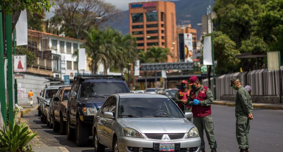 En Caracas, hasta hace poco exenta de la merma de combustible en el país con las mayores reservas de crudo del mundo, varias gasolineras están cerradas. Otras son rodeadas por extensas hileras de vehículos. (Foto: AFP/Cristian Hernández)