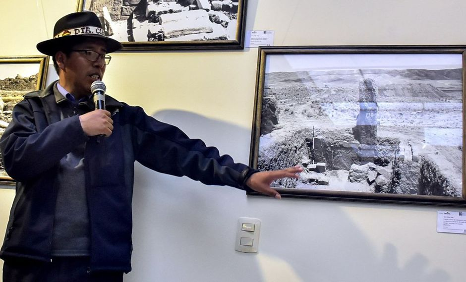 El director del Centro de Investigaciones Arqueológicas de Tihuanaco (CIAT), Julio Condori, habla durante la presentación de fotografías inéditas de la ciudad prehispánica de Tiahuanaco este martes, en La Paz. (EFE)
