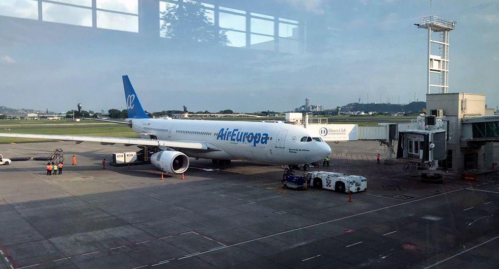 Avión de Air Europa con aparente problema mecánico cuando estaba listo para partir a Francia con unos 300 pasajeros extranjeros que esperaban ser repatriados durante la nueva pandemia de coronavirus COVID-19, en el aeropuerto de Guayaquil en Ecuador. (Foto: AFP/Manuela Picq)
