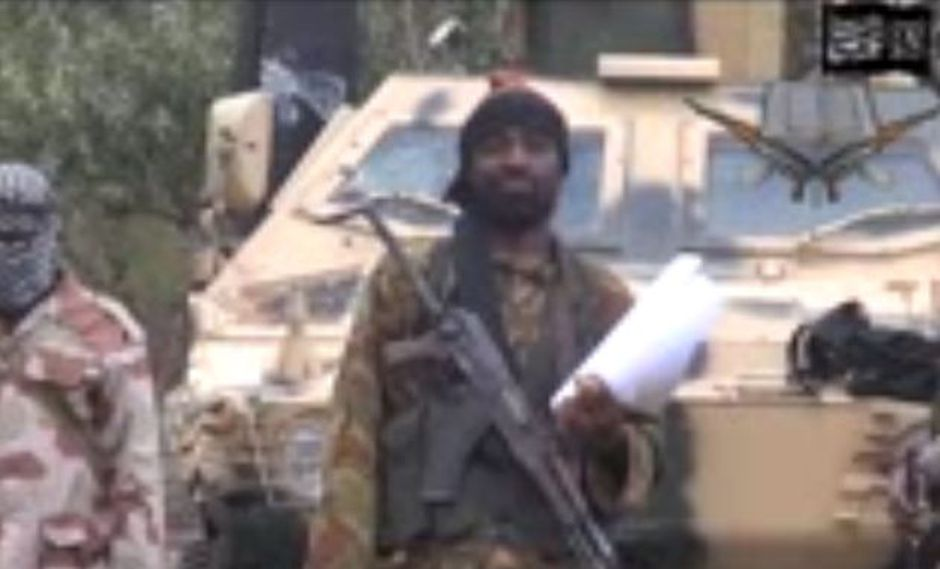 Captura de AFP de un video difundido por Abubakar Muhamad Shekau, donde amenaza con vender a las niñas en nombre de Alá.